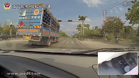 直行通过路口、变更车道、掉头要点要领(视频)