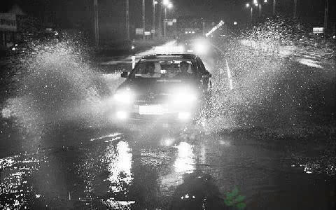 下雨天开车涉水驾驶指南