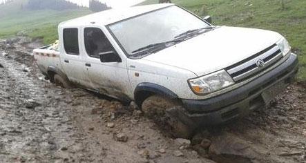 雨天驾驶当车辆陷入泥泞