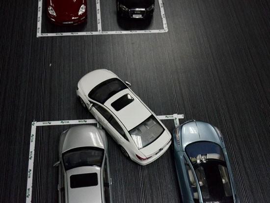 但这种非常窄小的车位第一把倒车可能会遇到图上所示的情况