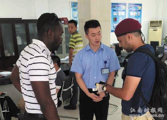 外国留学生欲考中国驾照 镇江车管所职工充当翻译热心服务