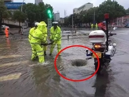 在大暴雨中驾驶人、行人需要注意的安全技巧总结