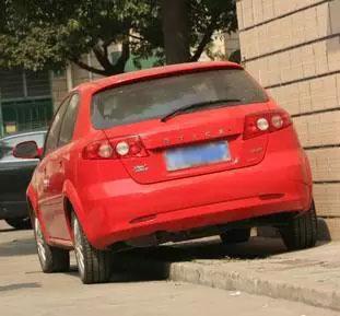小汽车上台阶不伤车胎的驾驶技巧总结