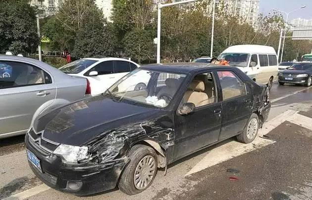 肇事的黑色轿车