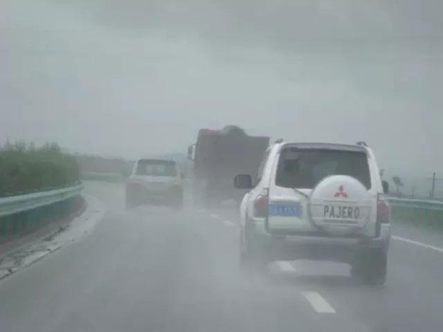 小雨天湿滑路面小汽车安全驾驶技巧
