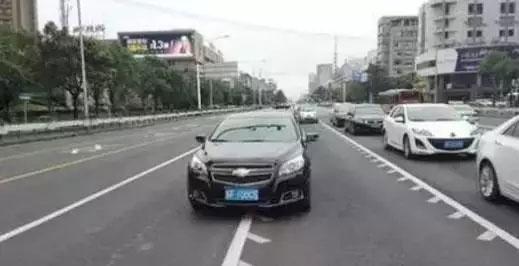 机动车在可变车道内不允许变道!下图行为不允许