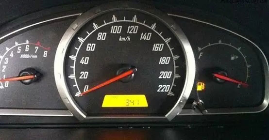 燃油报警灯点亮之后的省油小技巧