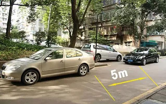 车头边缘与前车的轮胎下缘重合大概是5米二