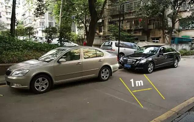 车头边缘与前车保险杠上缘重合此时与前车的距离大概是1米-(2)