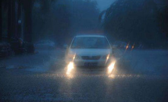 雨天开车应该怎么使用灯光?要根据雨量的大小来定