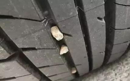 轮胎缝里有石子有什么危害