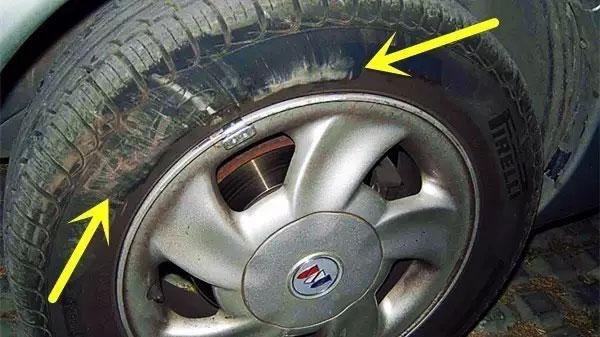 轮胎上看出有缺气行驶的痕迹(比如胎侧有碾压痕迹、气密层起泡等)