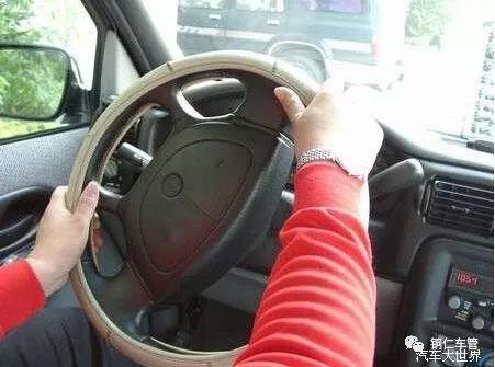 打方向盘时,双手要交替着打方向