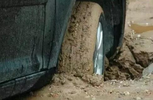 当车轮深陷泥坑无法自拔应该怎么办? 一块木板即可解决!