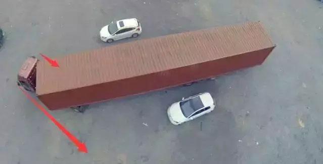 大车拐弯时,从后视镜与补盲镜中均没发现车旁有车辆
