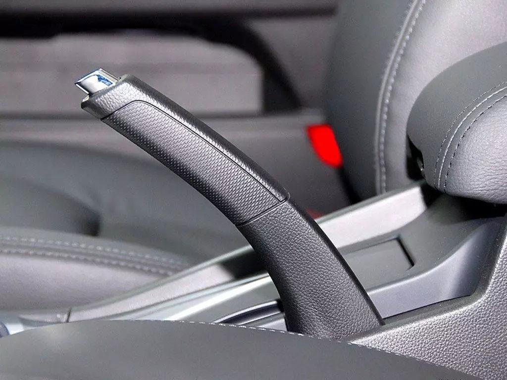 刹车、手刹、脚刹和电子驻车含义就各种优缺点分析