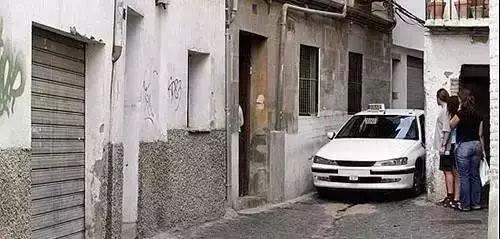 车辆进入窄道前应尽量摆直车身