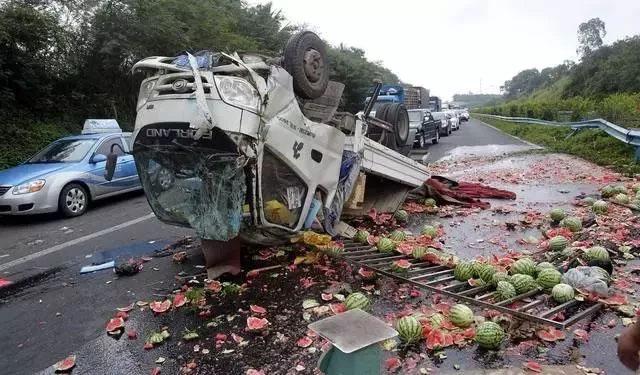 货车爆胎导致翻车