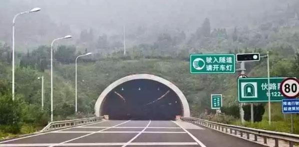 有些路况复杂的高速公路,还会在某些路段临时降低限速