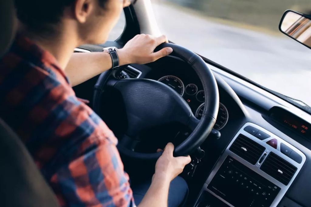 8个开车好习惯-刹车前先看看后视镜
