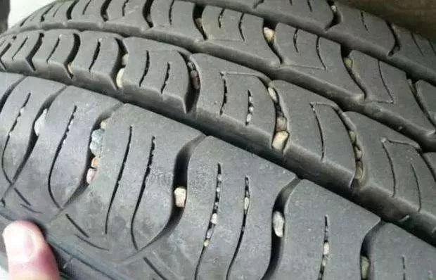 小石头卡在汽车轮胎里应该办?会影响驾驶安全吗?