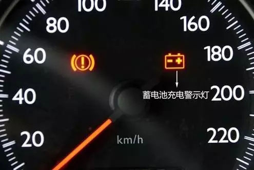 """如果你的车辆启动自检过后,仪表盘亮起一个类似""""蓄电池""""的警示灯,也是说明蓄电池电量过低,已经到了更换的时候"""