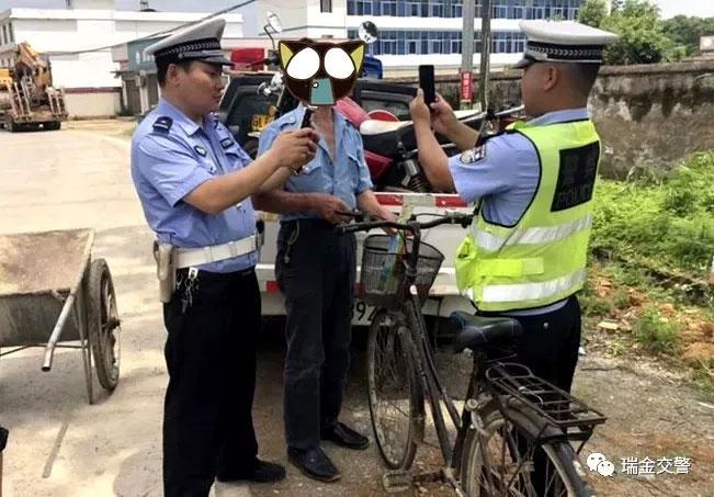 江西瑞金交警查醉酒骑自行车,违法!